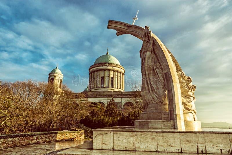 Statue du Roi Saint Stephen et basilique dans Esztergom, Hongrie images stock