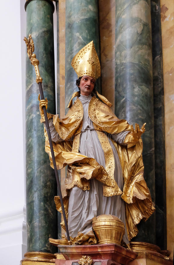 Statue du saint, autel dans l'église collégiale à Salzbourg photos stock