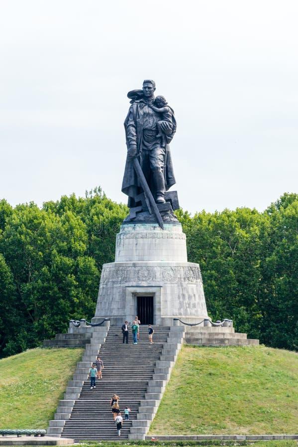 Statue du Soldat-libérateur au mémorial de guerre soviétique en parc de Treptower image stock