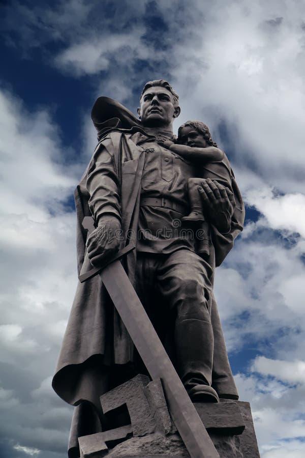 Statue du Soldat-libérateur dans le mémorial de guerre soviétique, Berlin images stock
