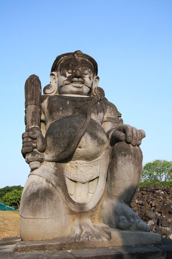 Statue Dvarapala (Wächter) am Haupteingang in Candi Sewu stockfotos