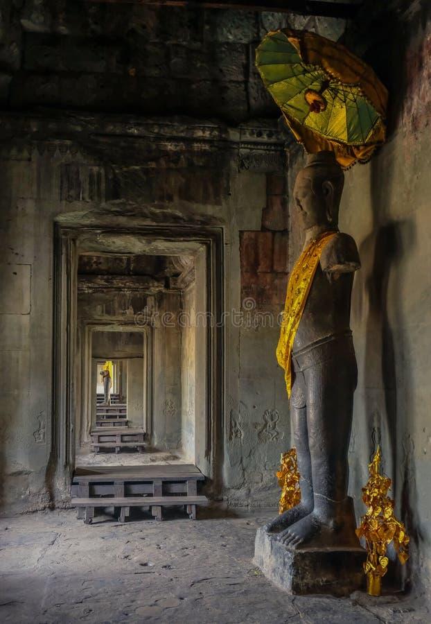Statue in einem Tempelkorridor stockfotos