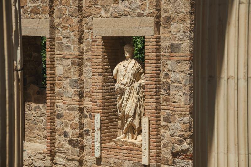 Statue in einer Backsteinmauer auf dem Roman Forum-Gebäude in Mérida lizenzfreie stockfotografie
