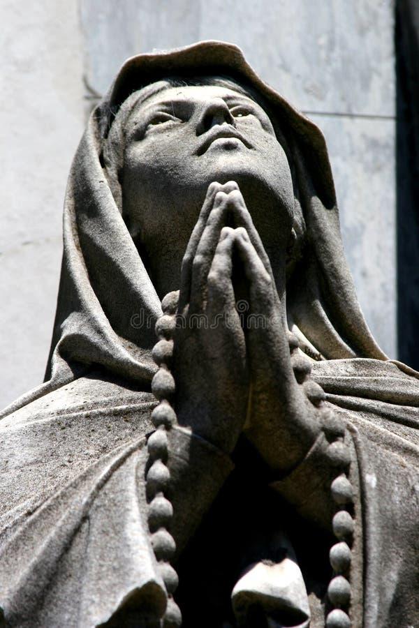 Statue einer betenden Person lizenzfreies stockfoto