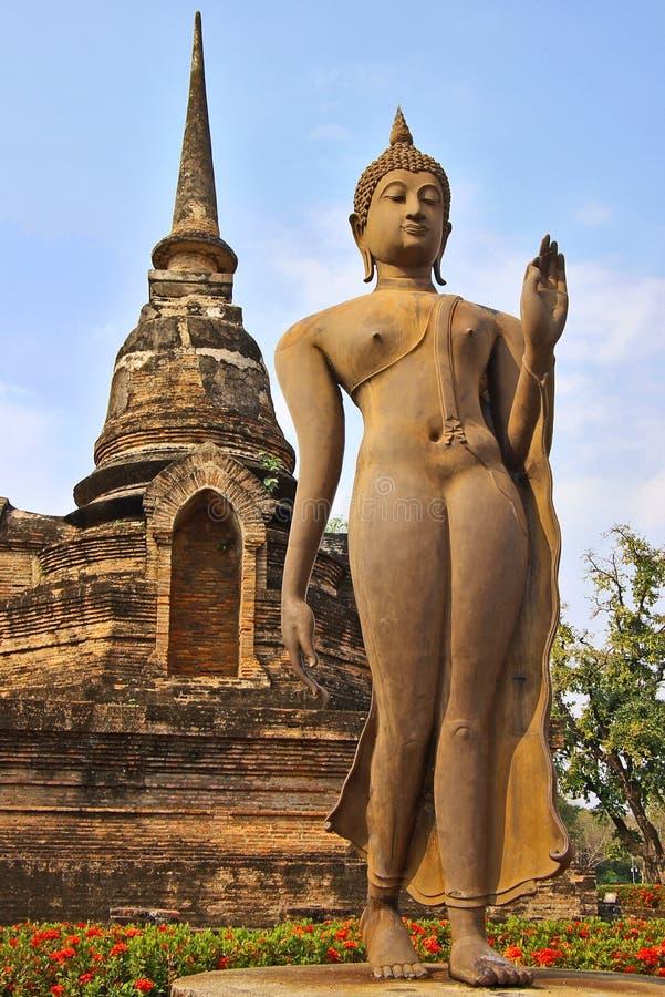 Statue einer gehenden Gottheit. lizenzfreies stockbild