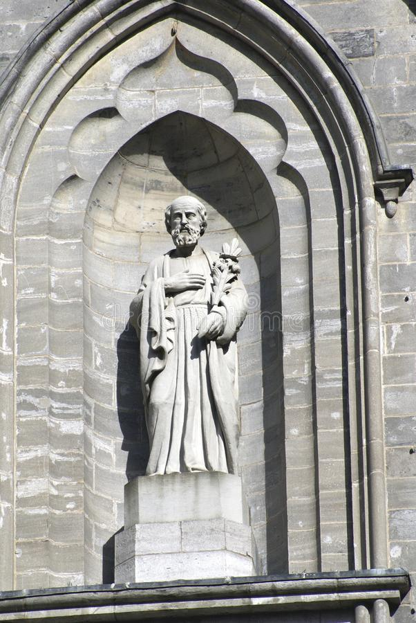 Statue in einer Nische, Notre-Dame-Basilikafassade in Montreal, Quebec, Kanada stockfotografie