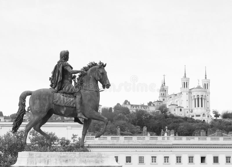 Statue eines Mannes zu Pferd, der die Kathedrale von Fourvière in der Stadt von Lyon betrachtet lizenzfreie stockfotos