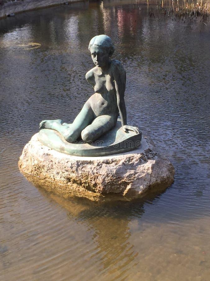 Statue eines nackten kleinen Mädchens stockfoto