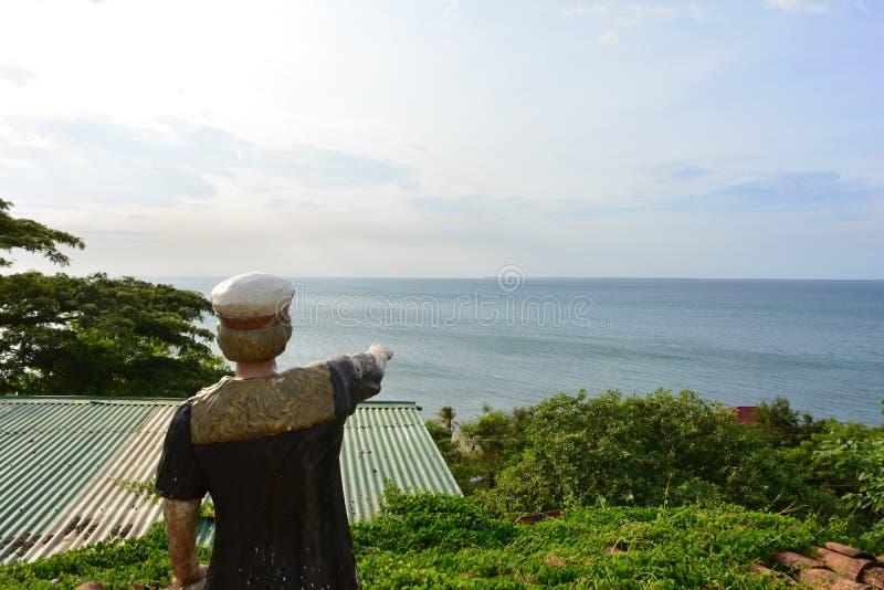 Statue eines Seemannes, der auf das karibische Meer in Trujillo, Honduras zeigt stockfoto
