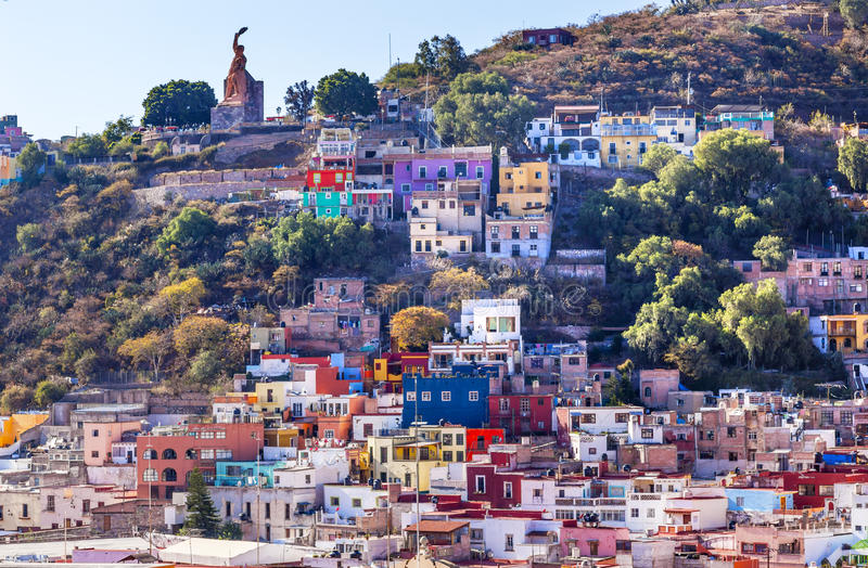Statue EL Pipila viele färbte Häuser Guanajuato Mexiko lizenzfreies stockfoto