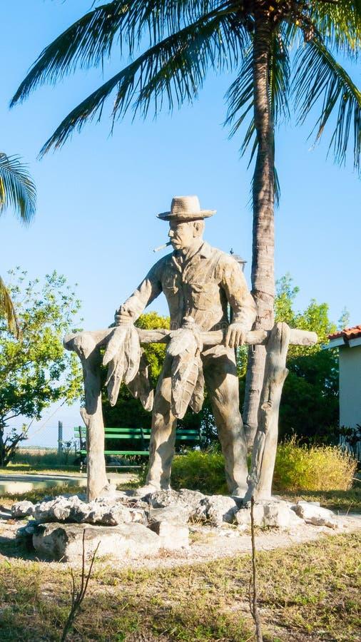 Statue en bois de producteur Cuban de tabac image stock