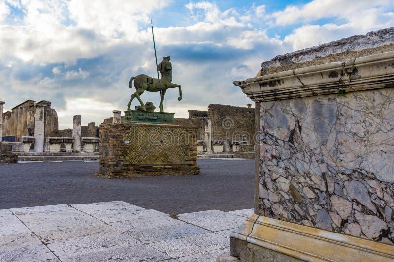 Statue en bronze aux ruines du parc archéologique de Pompeii à Pompeii photographie stock