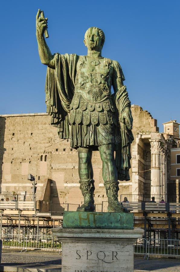 Statue en bronze d'empereur Nerva à Rome, Italie photographie stock libre de droits