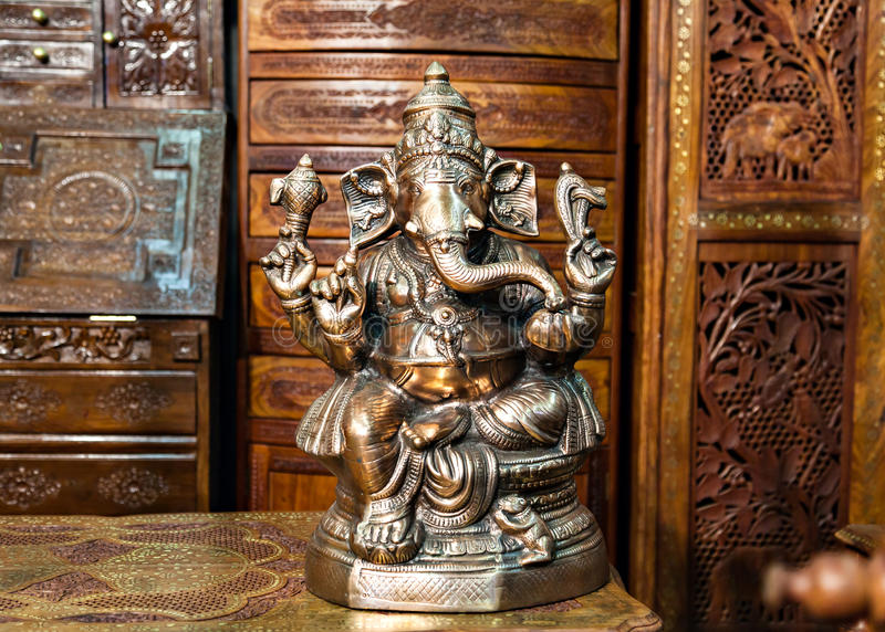 Statue en bronze d'un dieu indou Ganesh On Indian Market photographie stock libre de droits