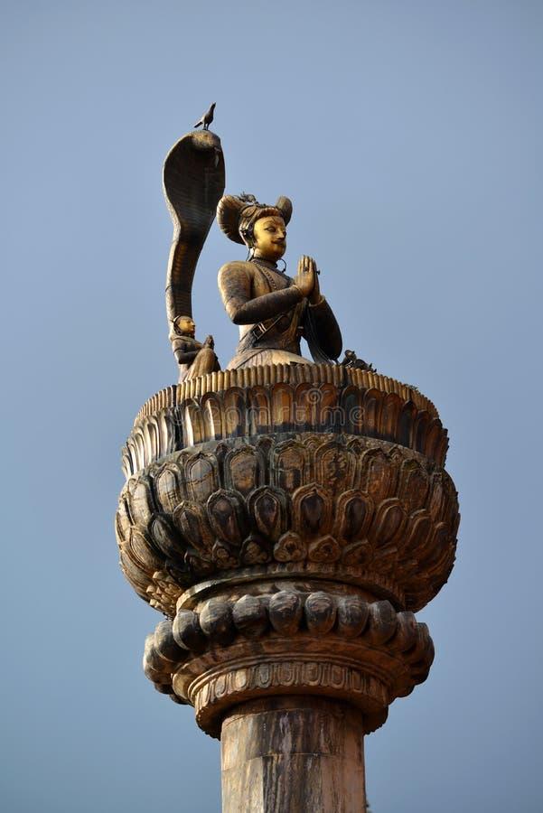 Statue en bronze d'un roi sur une colonne photos libres de droits