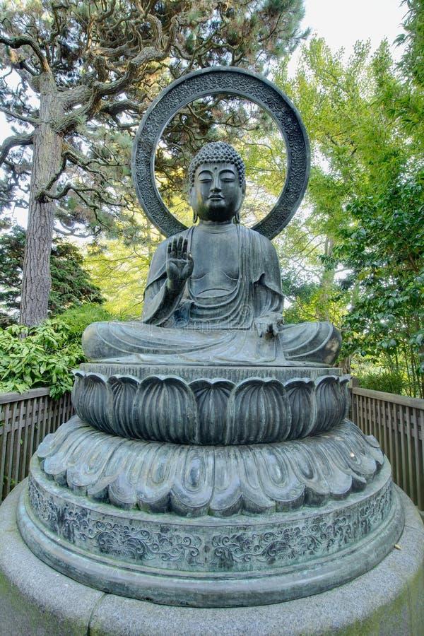 Statue en bronze de bouddha dans le jardin japonais images for Bouddha dans un jardin