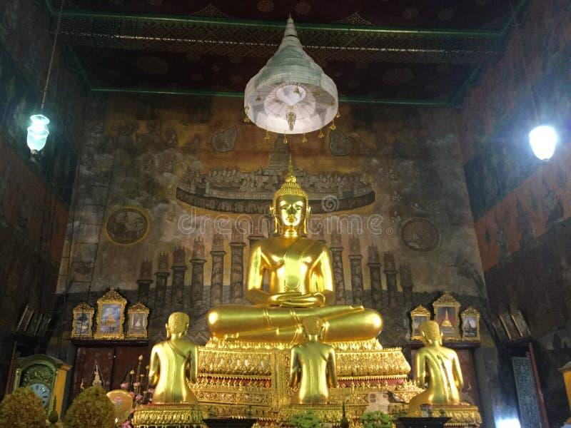 Statue en bronze de Bouddha et de 3 disciples dans le temple de Bells, Bangkok photographie stock libre de droits