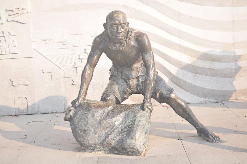Statue en bronze de découpage en pierre d'art d'homme de dos de sac antique chinois de sable images libres de droits