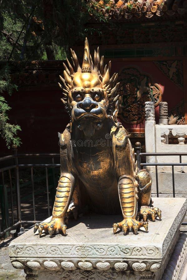 Statue en bronze de dragon dans Cité interdite photographie stock libre de droits