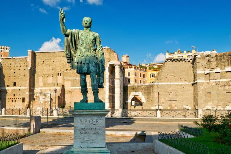 Statue en bronze de l'empereur Nerva à Rome photo stock