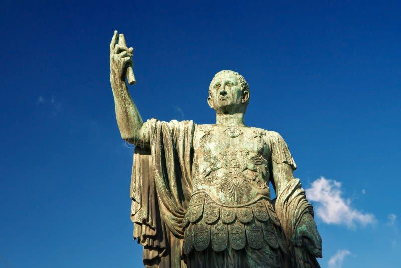 Statue en bronze de l'empereur Nerva à Rome image stock