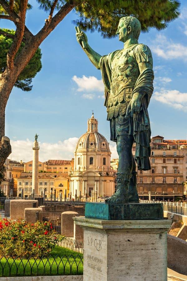 Statue en bronze de l'empereur Nerva à Rome images libres de droits