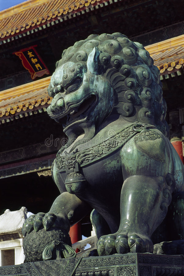 Statue en bronze de lion images stock