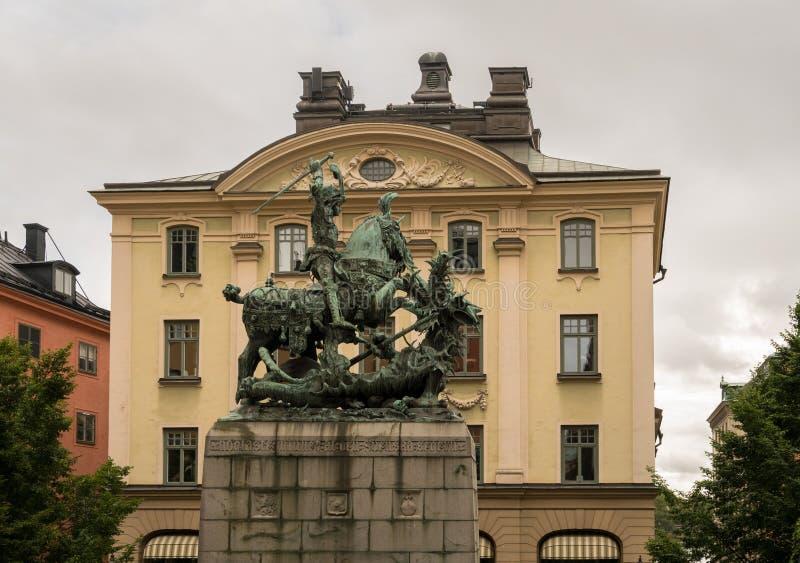 Statue en bronze de St George et de dragon à Stockholm photographie stock