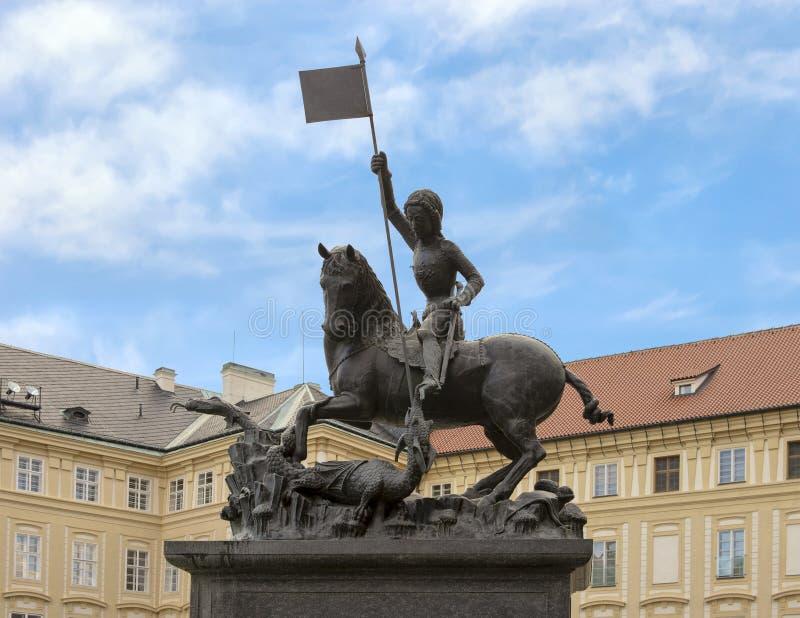 Statue en bronze de St George tuant le dragon situé sur la cour III du château de Prague images stock