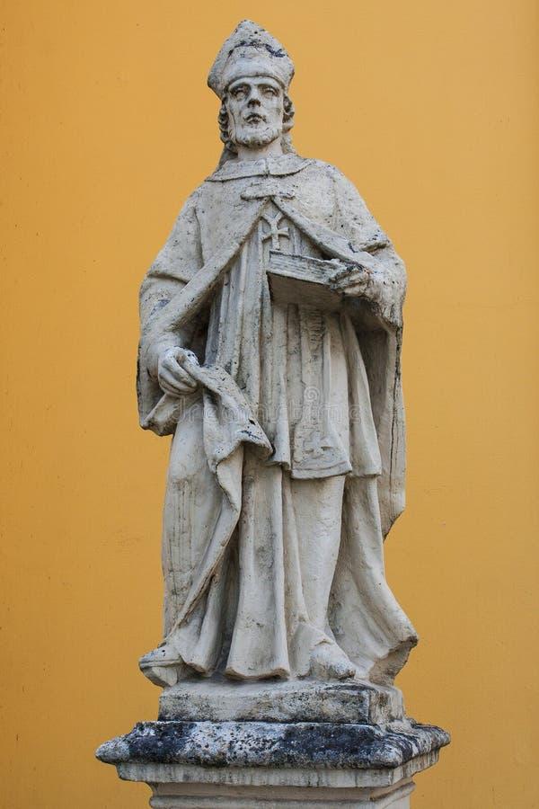 Statue en pierre d'un moine images stock