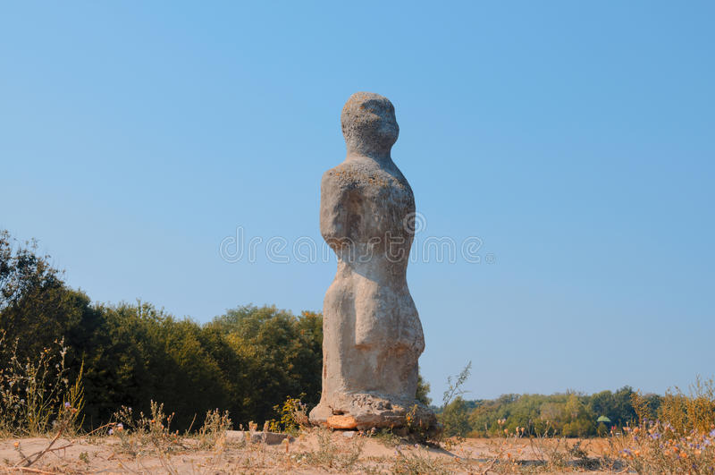 Statue en pierre d'une femme sur la colline image libre de droits