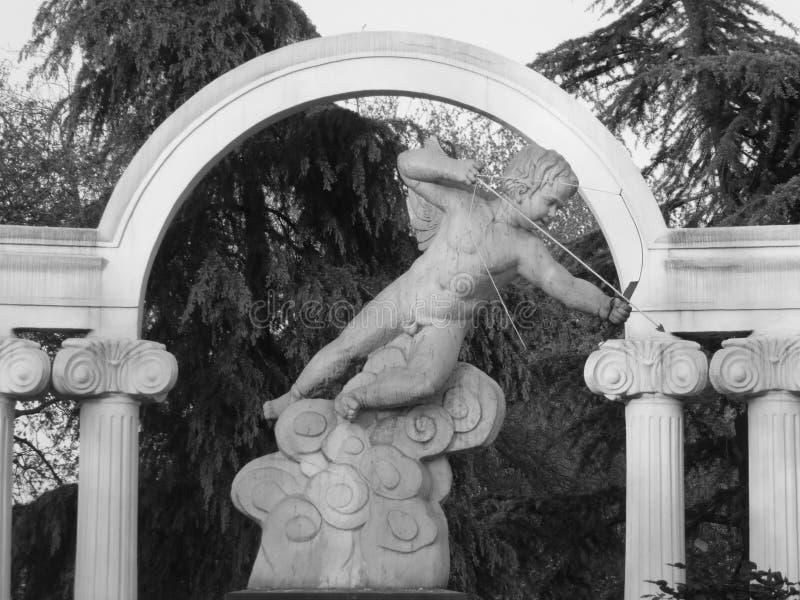 Statue en pierre de spéléologie de cupidon photos stock