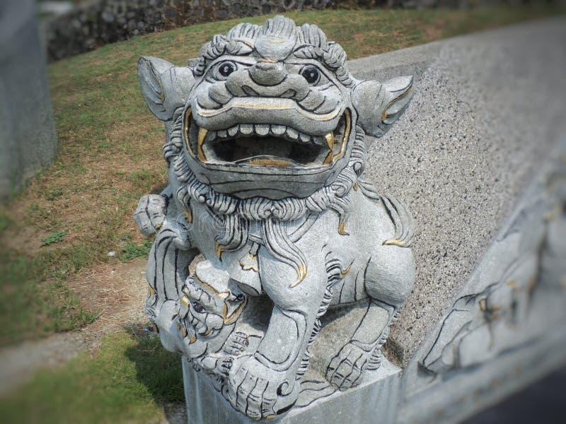 statue en pierre en forme de lion du feu image stock