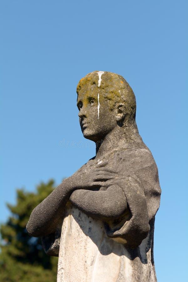 Statue en pierre grave de l'homme couverte dans le poo d'oiseau photos stock