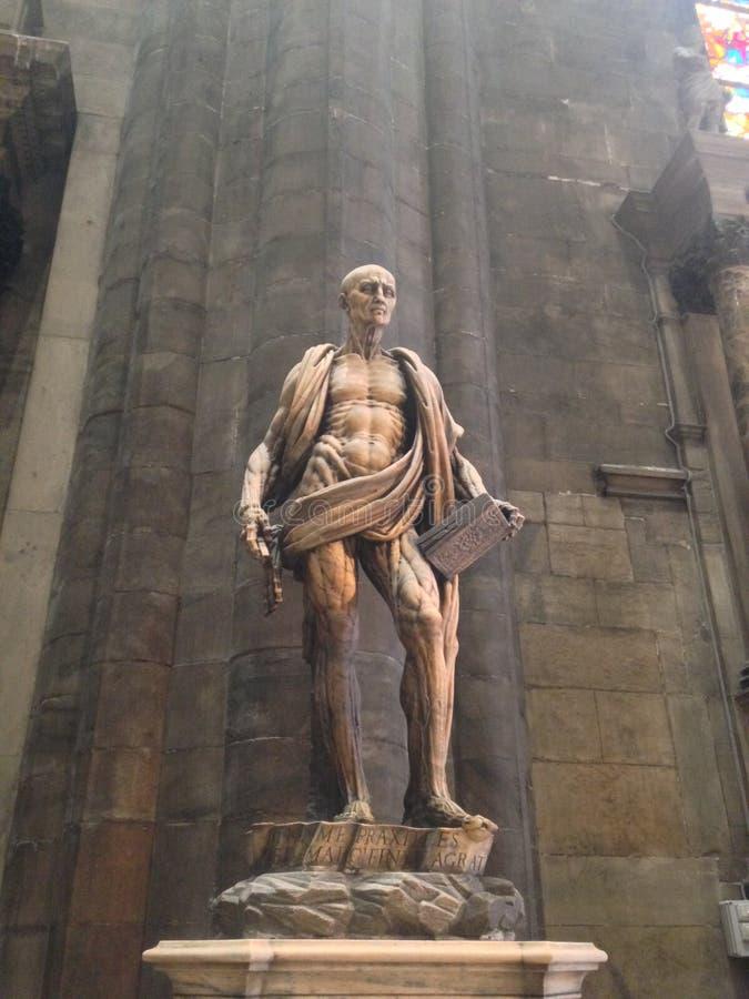 Statue en pierre italienne médiévale dans l'église avec les muscles et le squelette image libre de droits