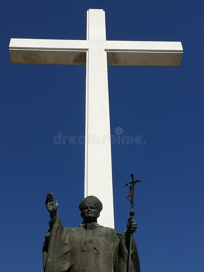 Statue et croix conmemorative de John Paul Ii images stock