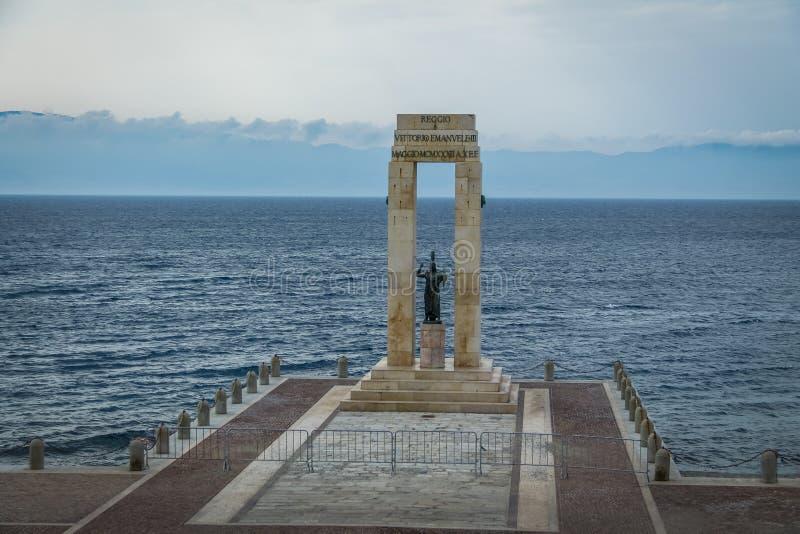 Statue et monument de déesse d'Athéna à Vittorio Emanuele au dello d'arène Stretto - Reggio de Calabre, Italie photos libres de droits