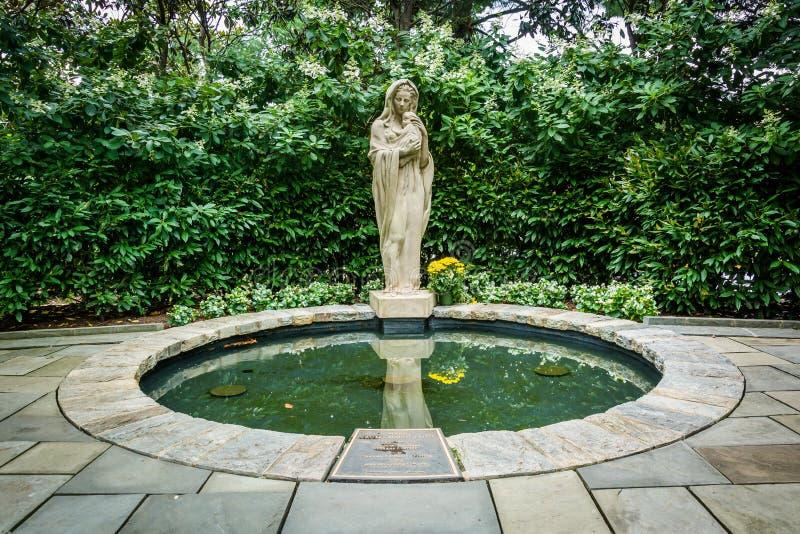 Statue et piscine au jardin de Mary, à la basilique du national photo stock