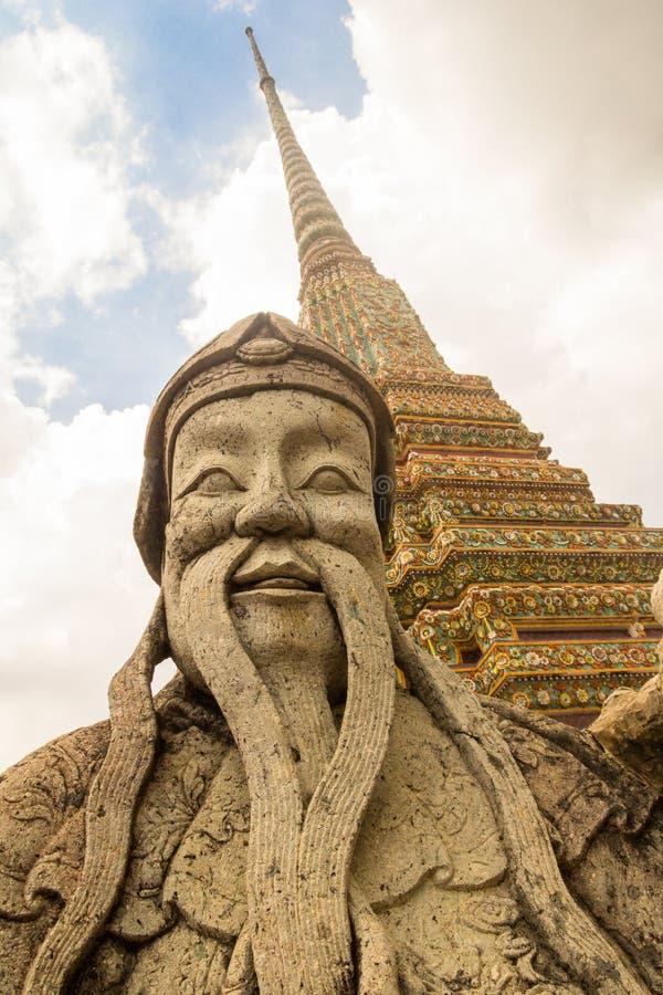 Statue et stupa de gardien en Wat Pho, Bangkok, Thaïlande photo stock