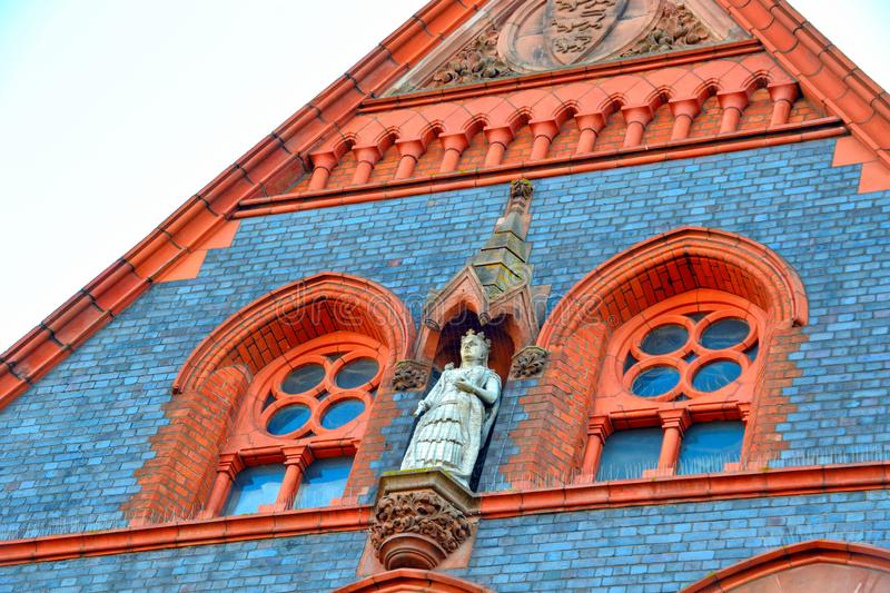 Statue on the faade of the town hall building of Reading in England, Berkshire UK stock foto's