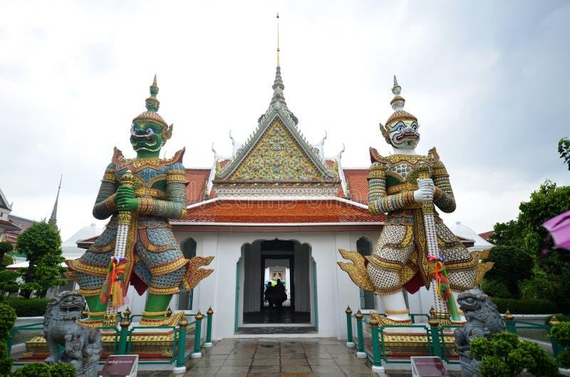 Statue géante à l'entrée du temple d'aube photos stock