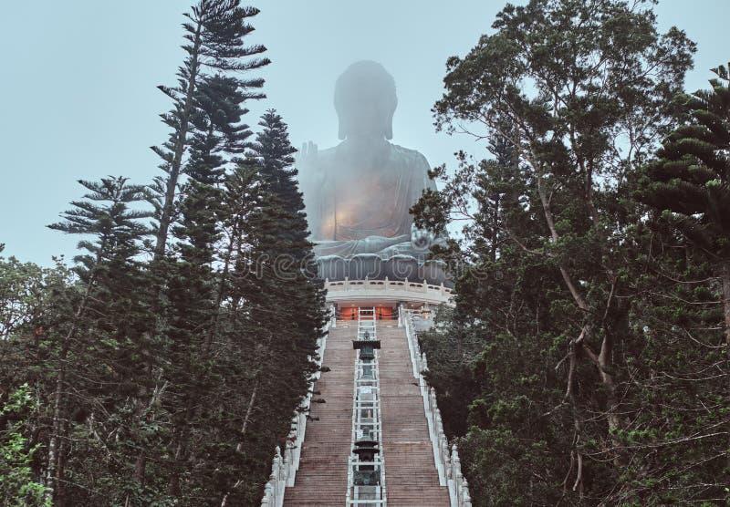 Statue géante de Budha en brouillard sur le sommet de la montagne photo libre de droits