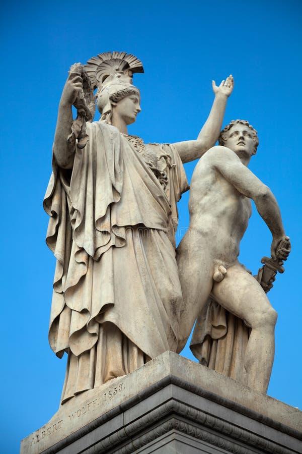 Statue gegen den blauen Himmel stockfotografie