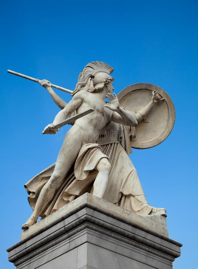 Statue gegen den blauen Himmel lizenzfreie stockfotografie