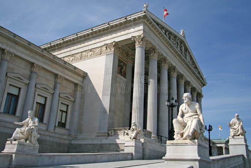 Statue greche dei filosofi alla costruzione austriaca del Parlamento fotografia stock libera da diritti