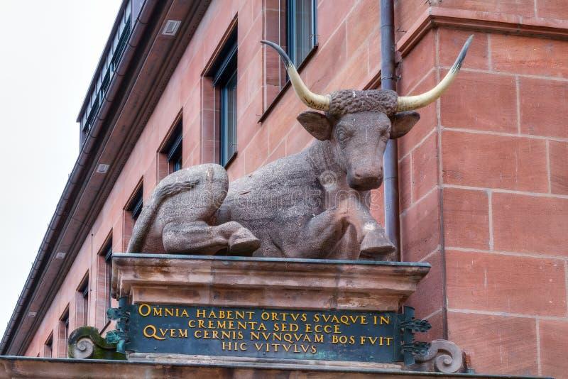 Statue historique d'un Taureau à Nuremberg image libre de droits