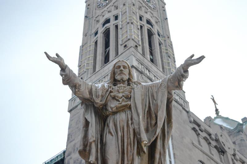 Statue im Freien von Jesus mit den offenen Armen lizenzfreie stockbilder