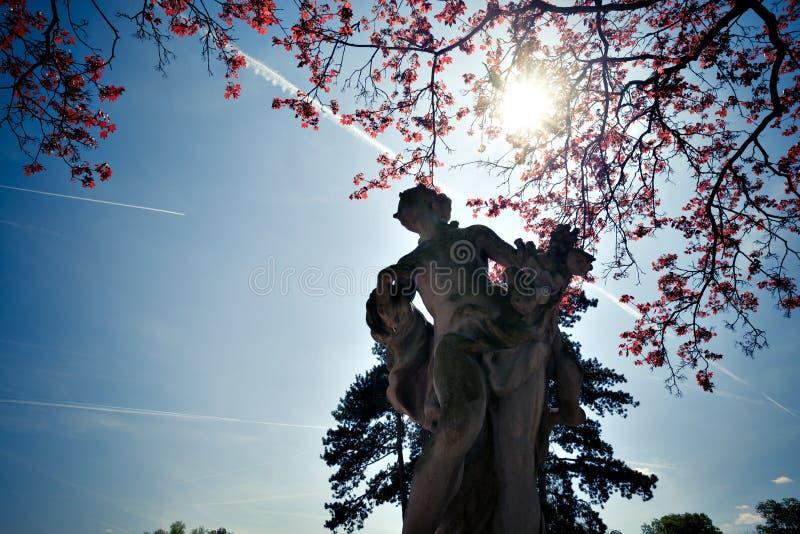 Statue im Park stockbild