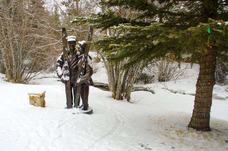 Statue im Skiort stockfotografie
