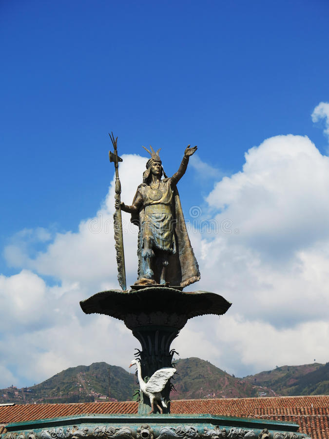 Statue Inca Pachacutecs über dem Brunnen am Piazzade lizenzfreie stockbilder